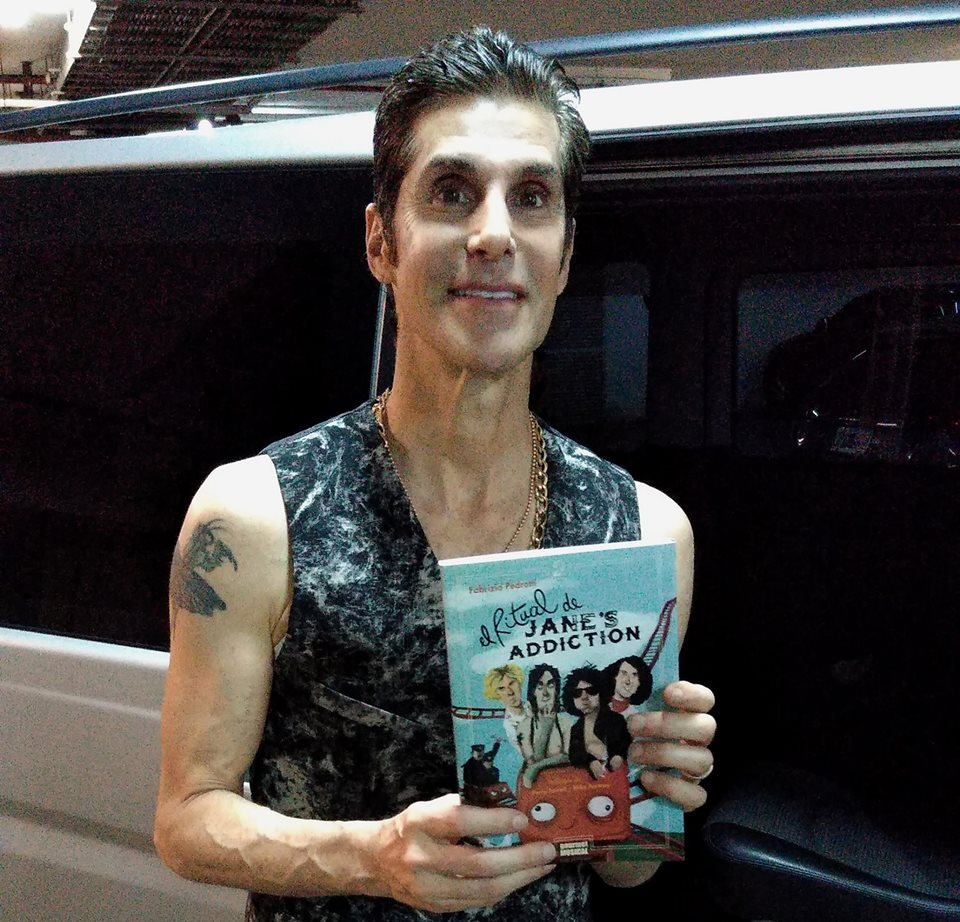 Perry Farrel con el libro